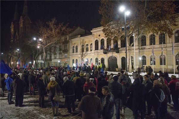 A kormány és a túlóratörvény ellen tüntettek Békéscsabán