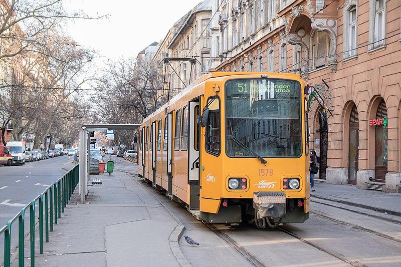 Ököllel ütötte a villamosvezető nőt egy utasokkal is kötekedő férfi Budapesten