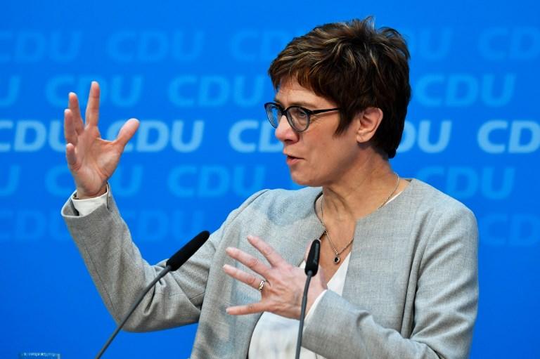 Merkel utódja szerint bonyolult helyzetet jelent a Néppártnak a Fidesz tagsága
