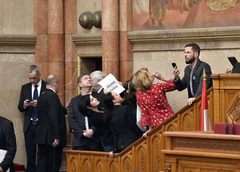 Újabb látványos tiltakozó akcióval készül az ellenzék a Parlamentben a hétfőn kezdődő ülésszakra