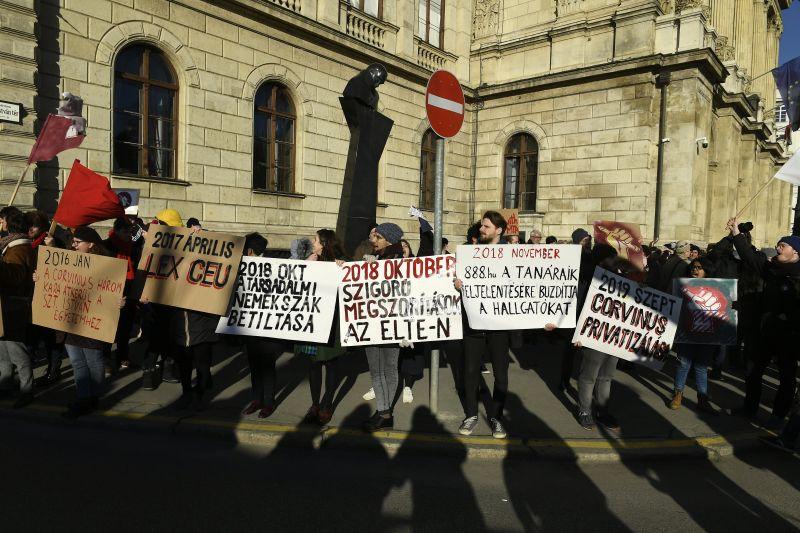 Élőlánccal vették körbe a MTA-t érintő megszorítások ellen tüntetők a Tudományos Akadémiát