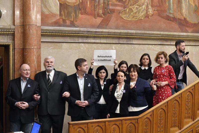 A mentelmi bizottság helyben hagyta Kövér László ellenzéki képviselőkre kirótt büntetését