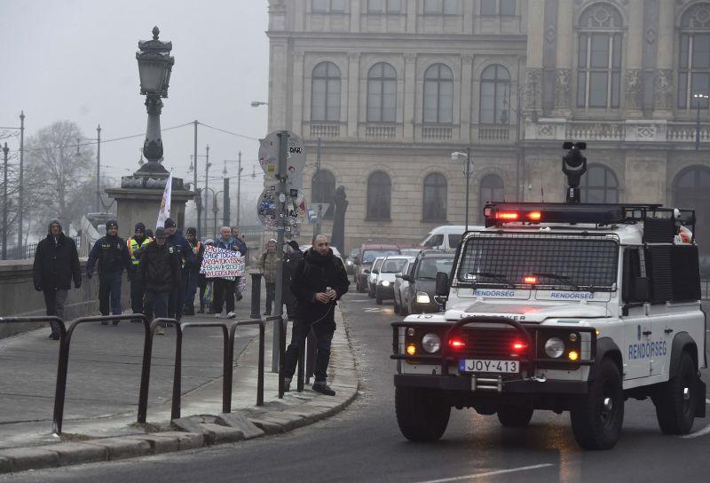 Háromtucat tüntető zárta le a Lánchidat – fotók