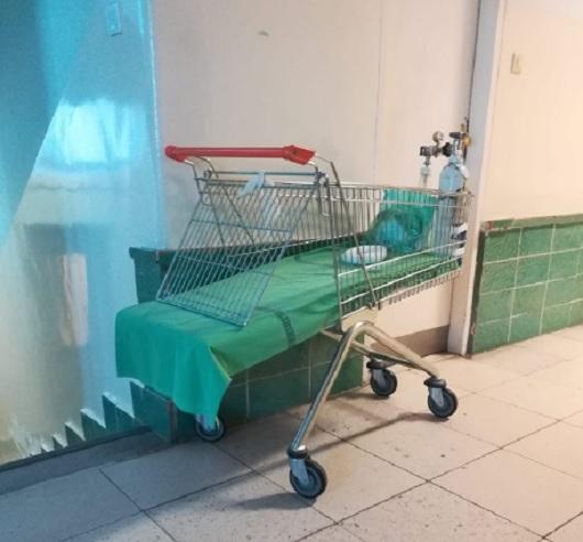 Bevásárlókocsiból eszkábáltak hordágyat egy szegedi kórház gyermeoksztályán