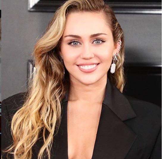 Miley Cyrus megmutatta mellbimbóit – 18+