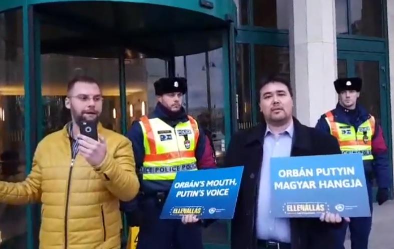 Videó: Orbánt gyalázó feliratot vetítettek a Külügyminisztérium épületére