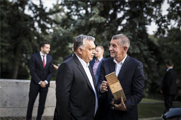 A csehek egyharmada bízik Orbán Viktorban