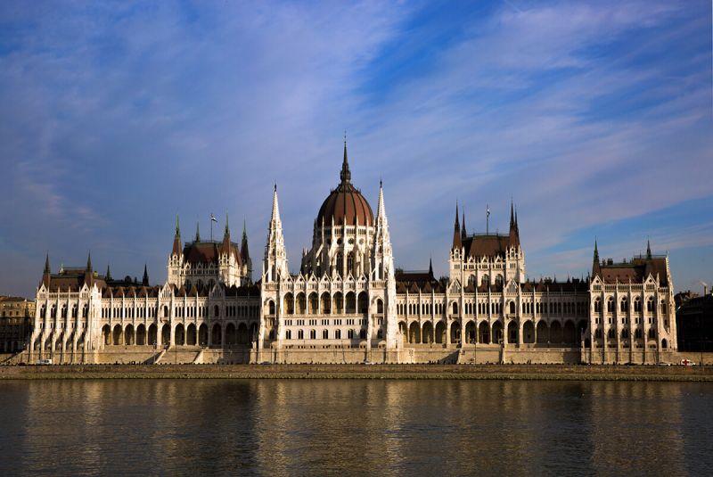 Spermium alakú O1G-szobor tűnt fel a Parlamenttel szemben