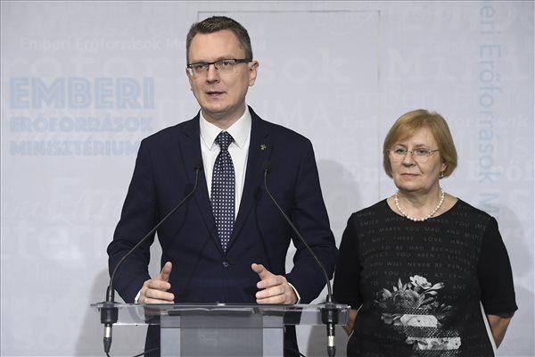 Rétvári: az idősek továbbra is számíthatnak a Fidesz-KDNP-re