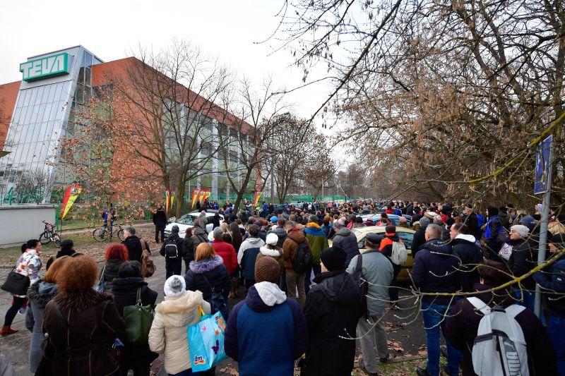 Magasabb fizetésekért tüntettek a Teva dolgozói Debrecenben