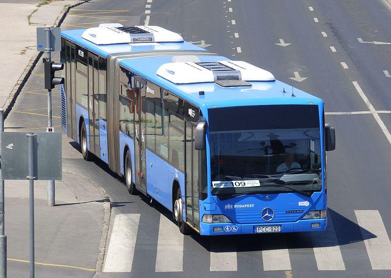 Buszból pisilt ki egy férfi Budapesten – videó