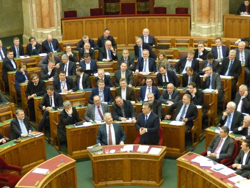 DK: a Fidesz korlátozná a képviselői jogokat