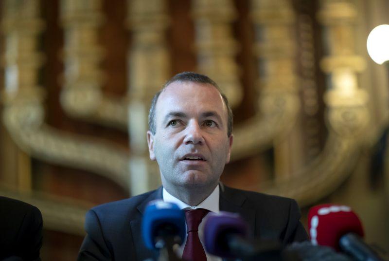 Folytatódik Orbán vesszőfutása: Weber szerint jó dolog a bocsánatkérés, de kevés