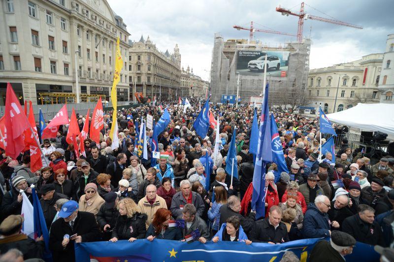 Kormányellenes tüntetés kezdődött Budapesten