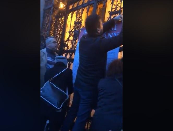 Hadházy Ákosék kitűzték a Parlament kapujára az ellenzék Márciusi Kiáltványát