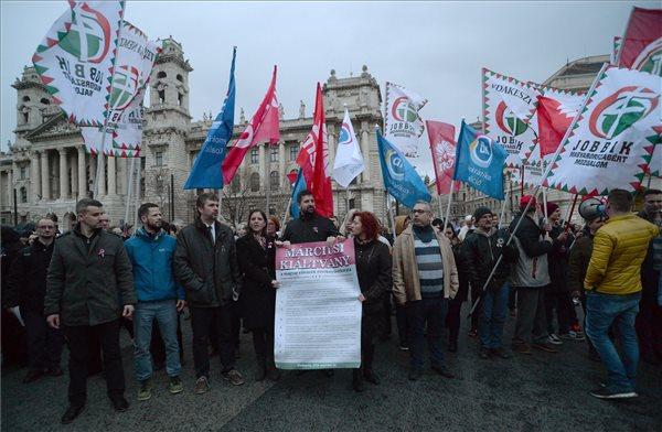 """Hadházy: """"Szánalmas balf.szok vagyunk"""", ha ezt hagyjuk – közös tüntetésen hirdetett összefogást az ellenzék"""