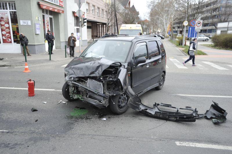 Durva: felborult és teljesen összetört egy mentőautó Budapesten, többen megsérültek
