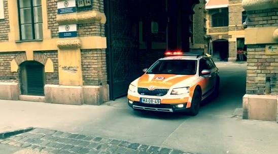 Bevágott a szirénázó mentő elé egy budapesti sofőr – szívmelengető, amit ezután tett