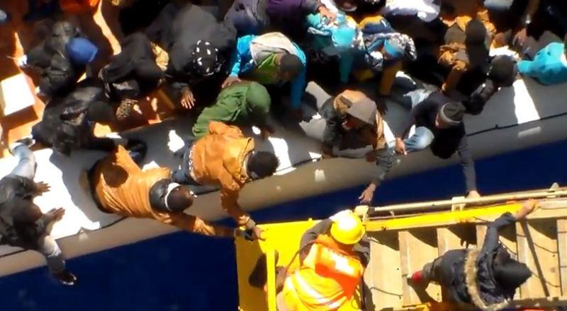 Tengerből kimentett migránsok térítettek el egy olajszállító hajót Líbia partjainál