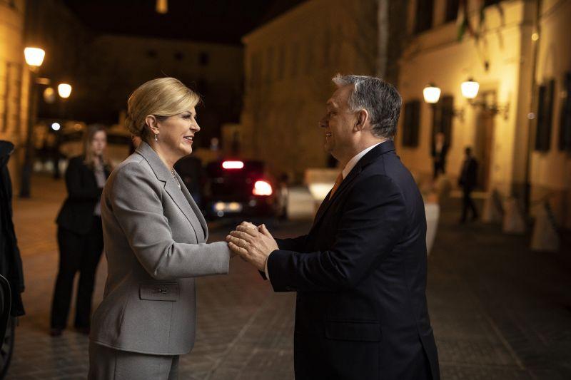 Meccsre jött a horvát államfő, előtte beugrott Orbánhoz háztűznézőbe