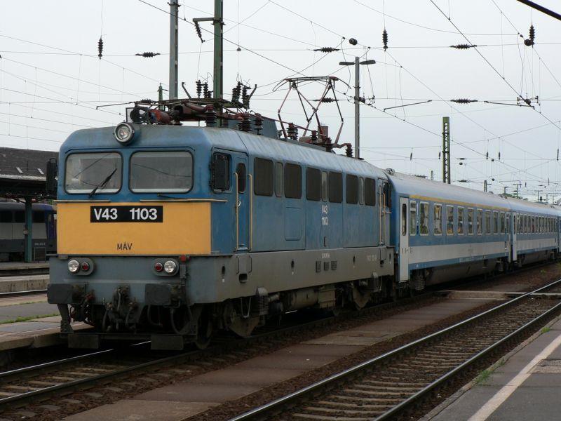Veszélyesen közel állt meg egymással szemben két vonat Miskolcon