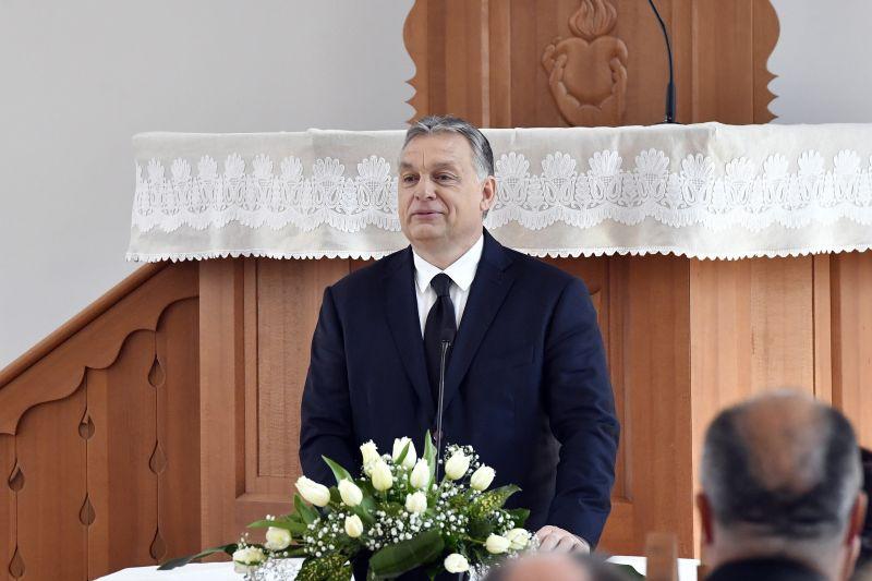 Orbán találkozott a zemberekkel – nem felejtette el aláírni saját programját