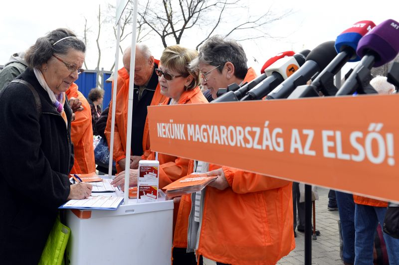 Megverték, mert a Fidesznek gyűjtött aláírásokat
