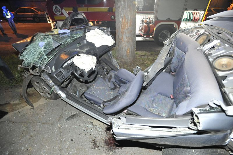 Helyszínen életét vesztette a férfi, aki autójával a XIII. kerületben fának ütközött