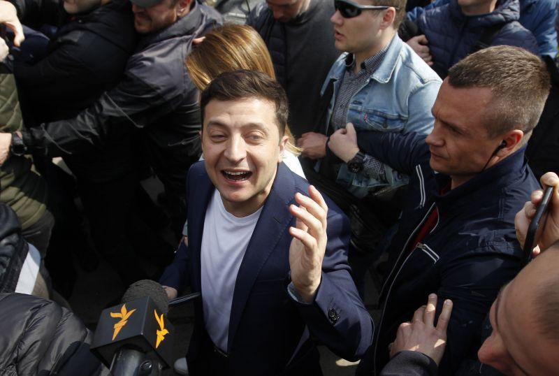 Exit poll: Zelenszkij toronymagasany nyert Porosenko ellen Ukrajnában