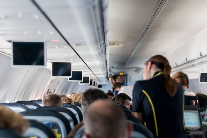 Ezért az apró gesztusért avatták hőssé az együttérző stewardesst