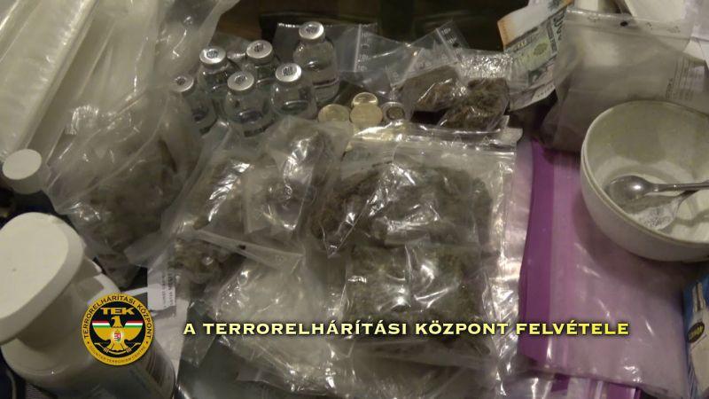 Valóságos drogáruházat találtak a díler lakásán – a TEK videója