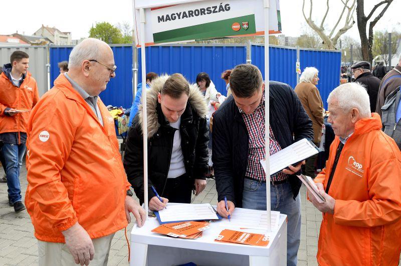 Bezörgetnek a Fidesz aktivistái a választópolgárokhoz