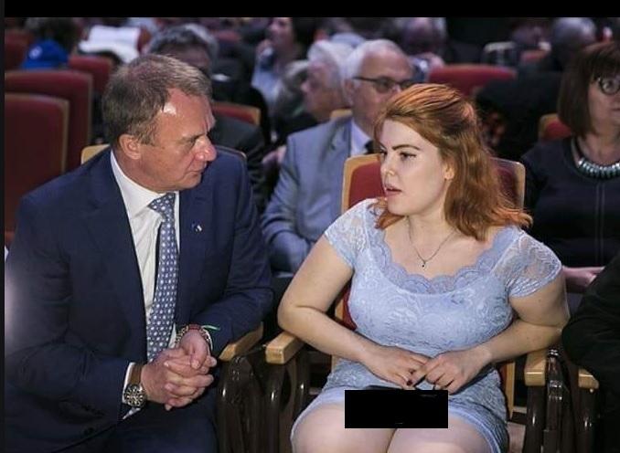 Botrány! Befotóztak Nagy Blanka lábai közé a DK kampányindítóján