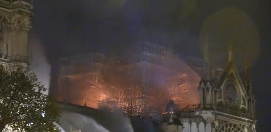 A tűzoltók szerint sikerült megmenteni a párizsi Notre Dame épületét a teljes pusztulástól