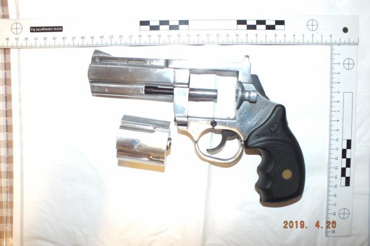 Meg sem szólalt a folyosón, és már rá is lőtt a gumilövedékes pisztollyal a 32 éves férfira