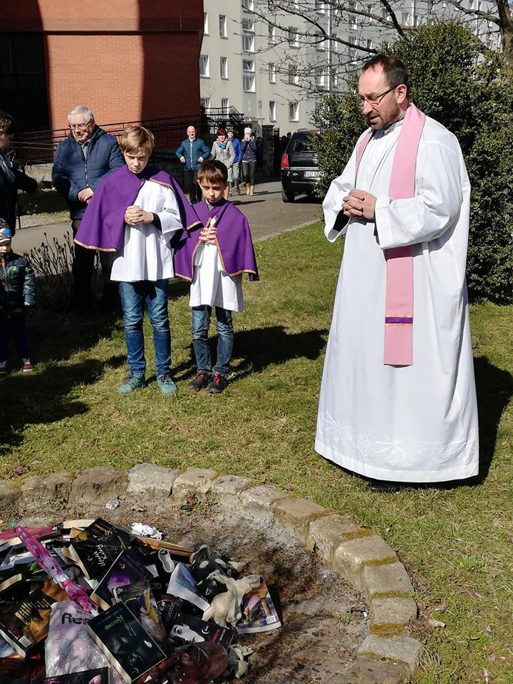 Harry Potter-könyveket égettek a katolikusok Lengyelországban