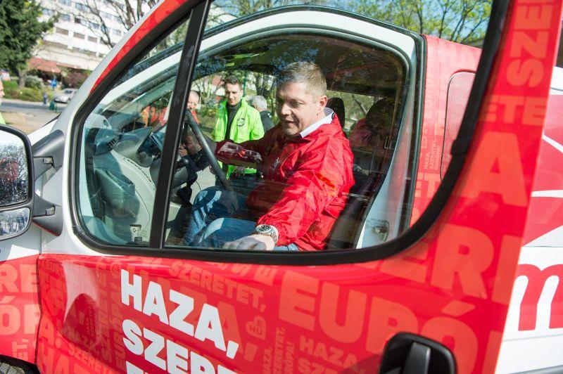 Ezzel a menő járgánnyal indul az MSZP turnéja – 236 ezres minimálbérért kampányolnak
