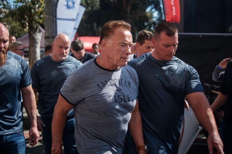 Üzent támadójának és rajongóinak Arnold Schwarzenegger