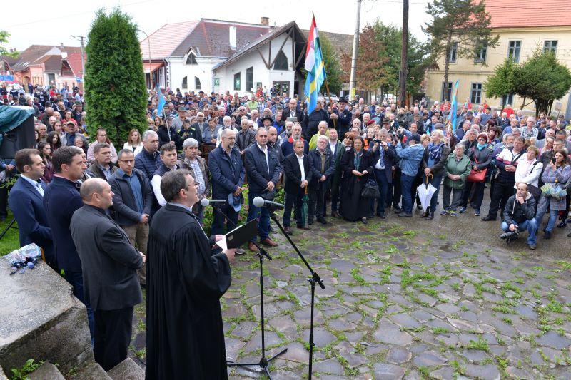 """""""Ne bántsd a magyart!"""" – ezren tiltakoztak Csíkszentmárton központjában"""