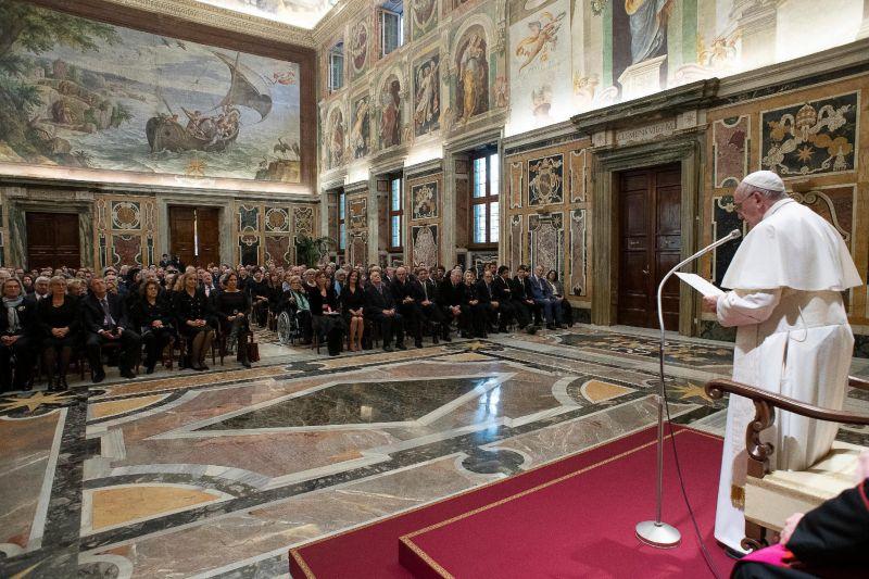 A pápa új ruhája – ebben misézik majd Csíksomlyón
