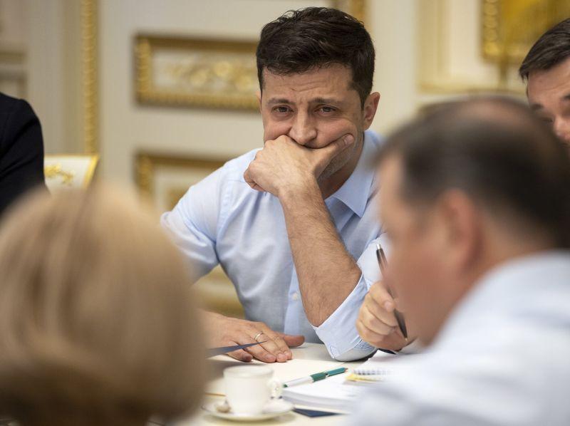 Az új elnök első rendeletével feloszlatta a parlamentet