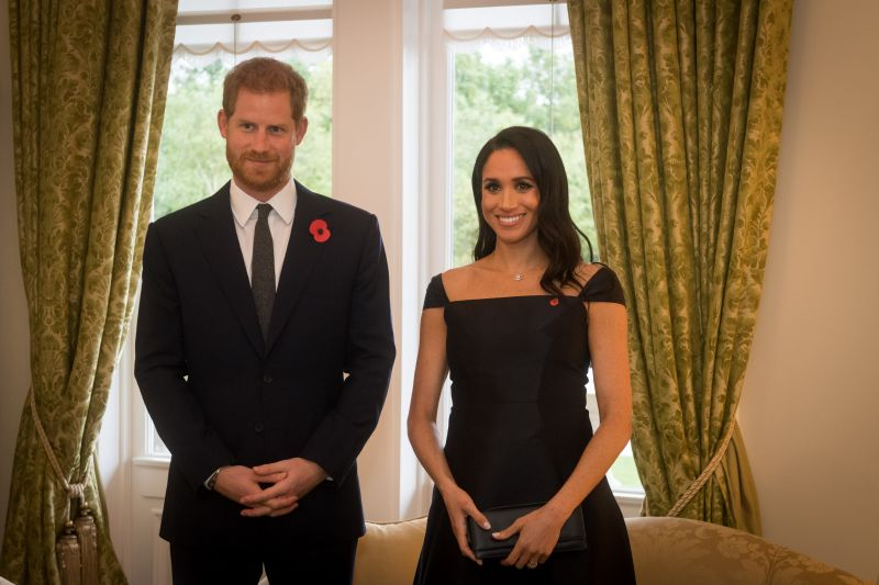 A család szerint Meghan győzködi Harry herceget, hogy hagyják ott Londont és a királyi családot
