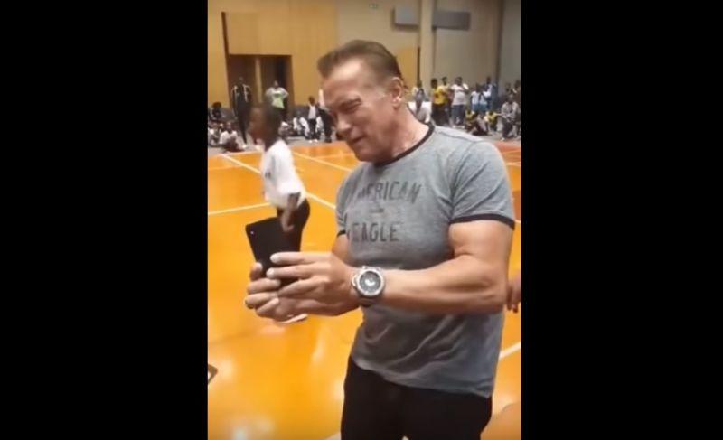 Brutálisan hátba rúgták Arnold Schwarzeneggert – videó
