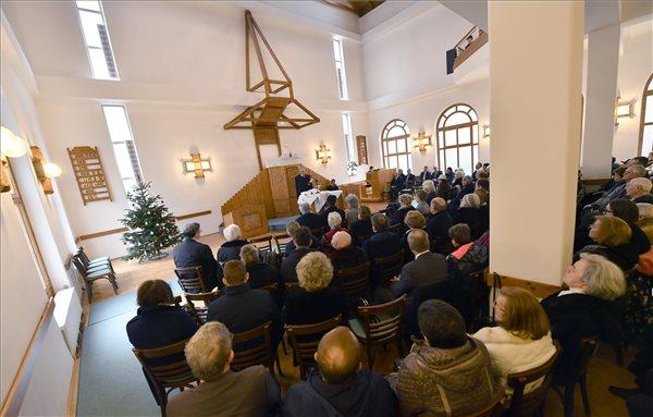 A történelmi keresztény egyházak kritika nélkül egyetértenek a kormány családtámogatási rendszerével