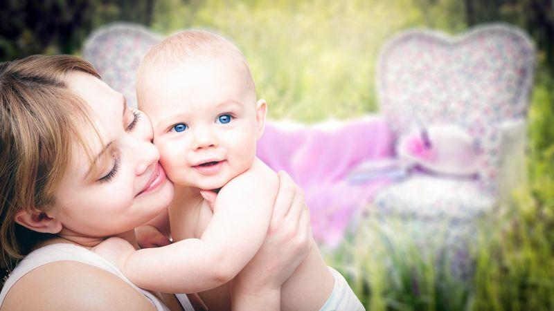 Kirúgtak egy tanárnőt, mert megszoptatta újszülött kisfiát