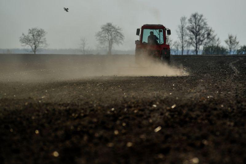 Elakadt autón akart segíteni egy traktoros – tragédia lett belőle