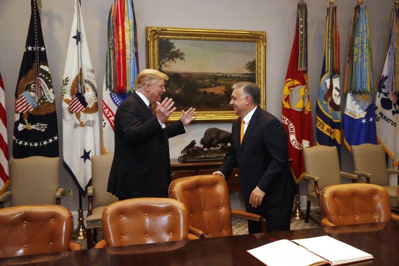 Trump agyondicsérte Orbánt, a Fidesz már plakáton hirdeti az amerikai elnök szavait