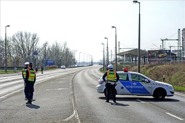 Lezárják az M1-es autópályát egy lelógó kábel miatt