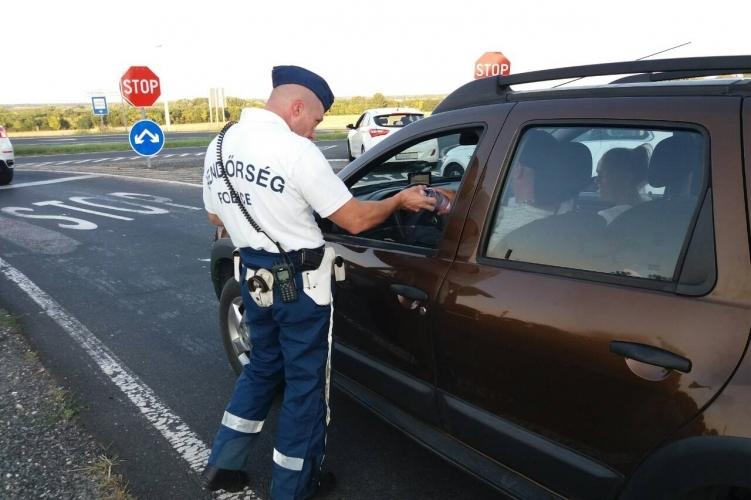 Figyelmeztetnek a rendőrök: így kell vezetni hőségriadó idején