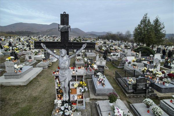 Pár év, és saját kezűleg is eltemethetik halottaikat a magyar családok